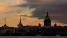 Вид на Исааккиевский собор с пляжа Петропавловской крепости в Санкт-Петербурге. Архивное фото