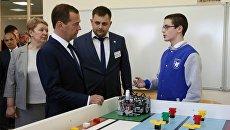Председатель правительства РФ Дмитрий Медведев во время посещения IT-лицея Казанского (Приволжского) федерального университета. 25 мая 2017