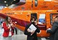 Посетители у лёгкого многоцелевого вертолёта Ансат на X международной выставке вертолетной индустрии HeliRussia в Международном выставочном центре Крокус Экспо в Москве