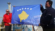 Жители Приштины с флагом самопровозглашенной респупблики Косово. Архивное фото