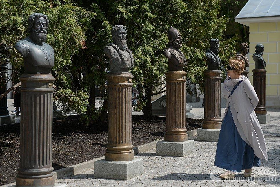 Посетитель на открытии Аллеи Правителей в Москве