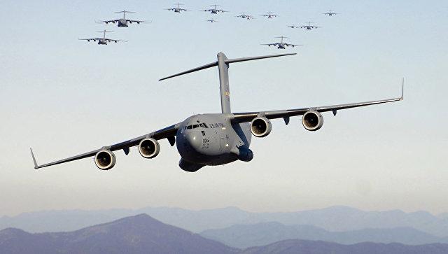 Американские военно-транспортные самолеты C-17А. Архивное фото