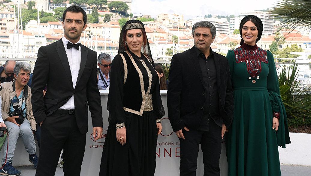 Актеры Мохаммад Ахлажирад, Назим Адаби, режиссер, сценарист Мохаммад Расулоф, актриса Судабей Бейзаи (слева направо)