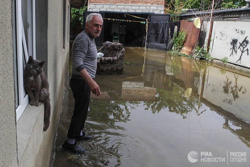 Житель поселка Левокумка Ставропольского края во дворе дома, пострадавшего в результате паводка