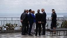 Лидеры Большой семерки беседуют во время осмотра Таормине, Италия