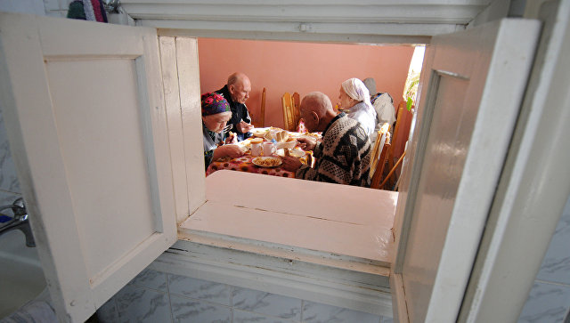 Хабаровских людей сограниченными возможностями вдоме престарелых кормили кашей снасекомыми