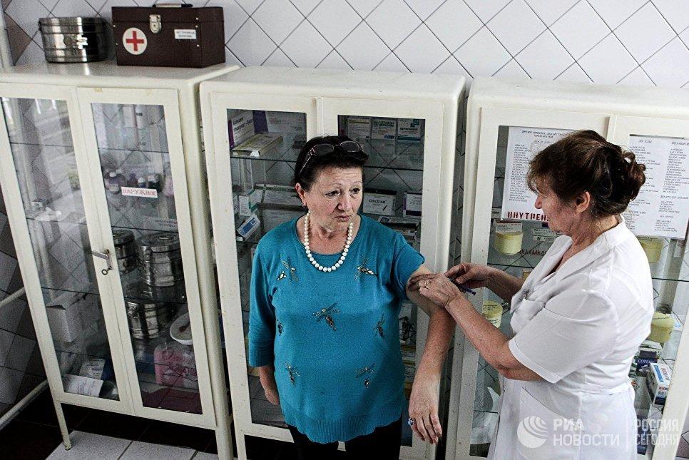 Жители поселка Новотерский Ставропольского края, пострадавшие в результате паводка, проходят обязательную вакцинацию в пункте временного размещения