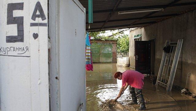Жительница поселка Левокумка Ставропольского края во дворе дома, пострадавшего в результате паводка. Архивное фото