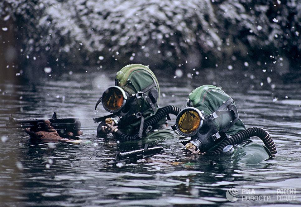 Бойцы отряда подводно-диверсионных сил и средств при выполнении боевой задачи в Баренцевом море