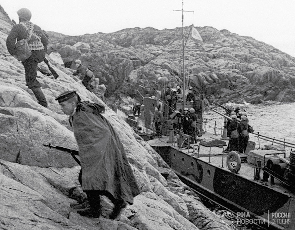 Десант моряков Северного флота высаживается на берег, занятый немцами