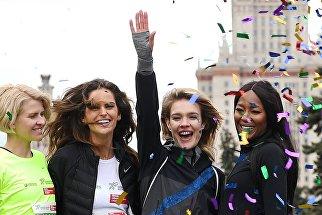 Модель Наоми Кэмпбелл (справа) и основатель фонда Обнаженные сердца Наталья Водянова во время благотворительного зеленого марафона Бегущие сердца