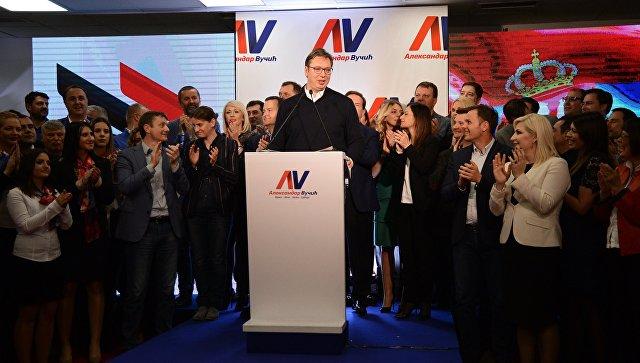 Председатель правительства Сербии Александр Вучич, лидирующий на выборах президента Сербии, в предвыборном штабе в Белграде