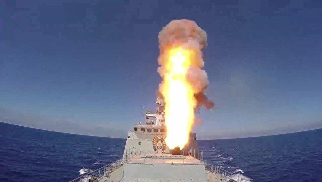 Фрегат Адмирал Эссен ВМФ РФ запускает крылатые ракеты Калибр по объектам Исламского государства (ИГ, запрещена в РФ). Архивное фото