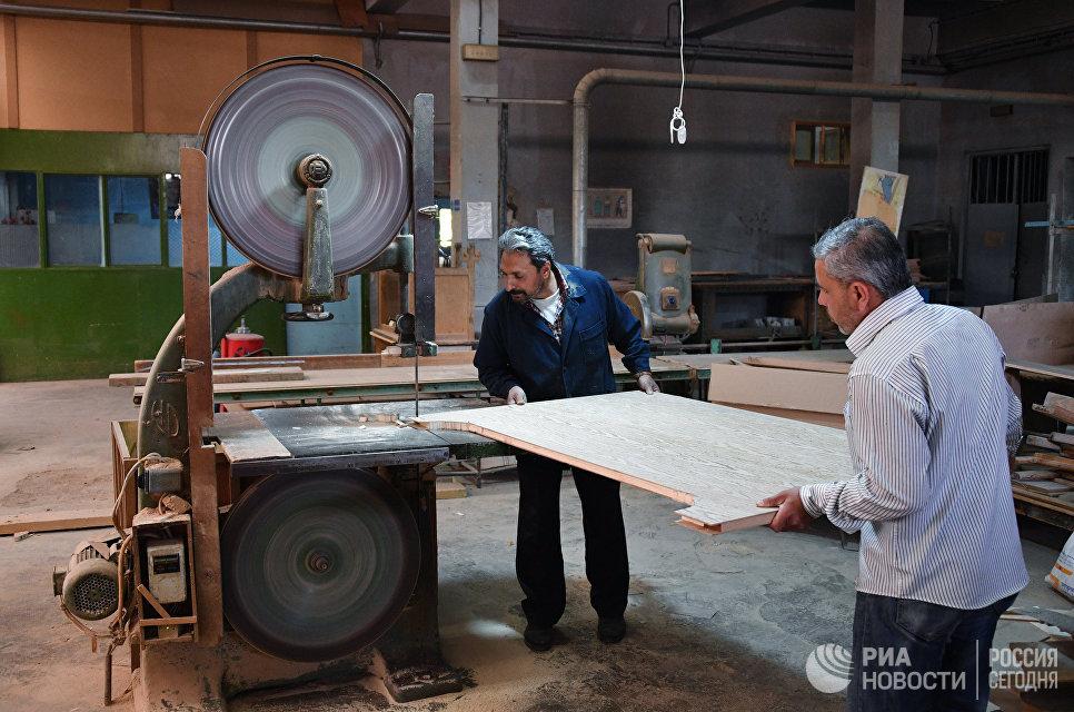 Столярный цех по изготовлению подставок для телевизоров завода Syronics в Дамаске