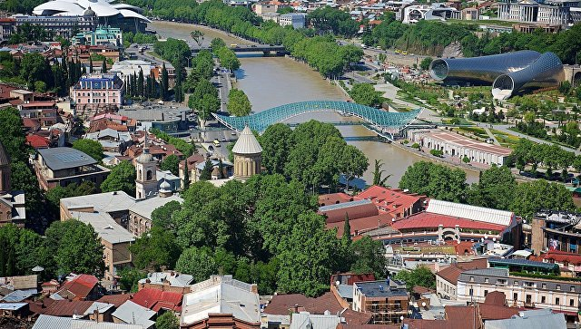 Вид на центр Тбилиси - мост Мира, собор Сиони, новый концертный зал и парк Рике. Архивное фото
