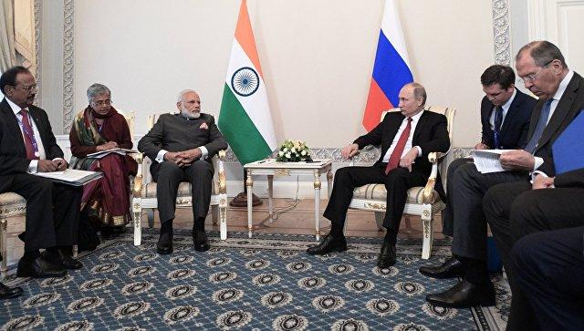 Президент РФ Владимир Путин и премьер-министр Индии Нарендра Моди во время встречи в рамках Санкт Петербургского международного экономич