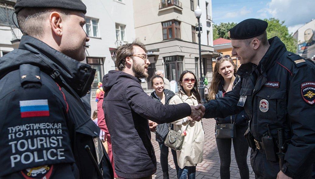 Сотрудники туристической полиции во время патрулирования в Москве