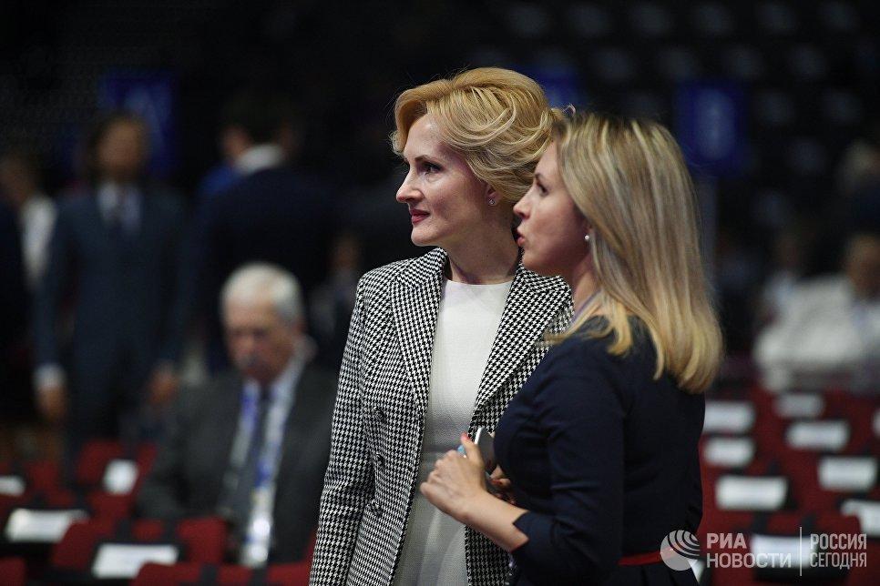 Заместитель председателя Государственной думы РФ Ирина Яровая (слева) перед началом пленарного заседания Санкт-Петербургского международного экономического форума 2017