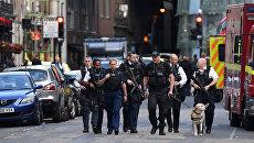 Сотрудники правоохрантельных органов Великобритании около рынка Боро в Лондоне. 4 июня 2017
