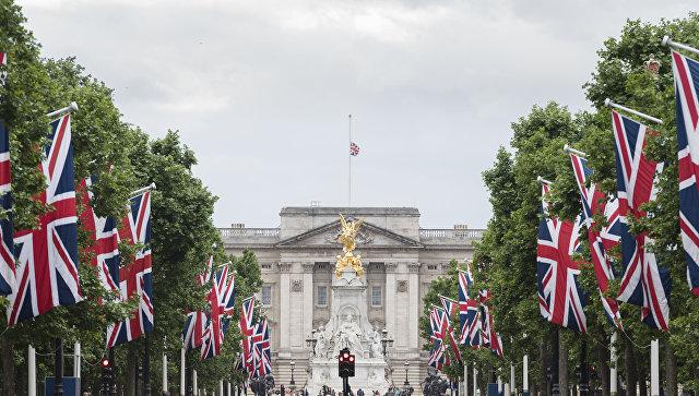 Флаг Великобритании на крыше Букингемского дворца, приспущенный в знак траура по жертвам теракта в районе Лондонского моста