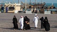 Прохожие в окрестностях амфитеатра в городе Доха, Катар. Архивное фото