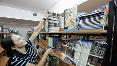 Учебники по русскому языку в библиотеке средней общеобразовательной школы. Архивное фото