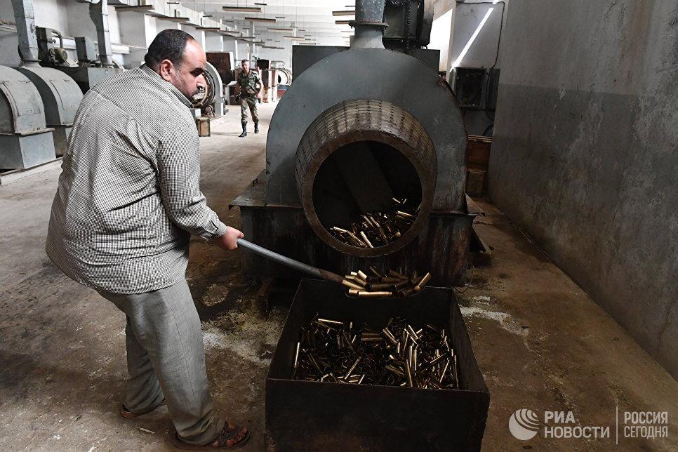 Химическая обработка гильз в одном из цехов военного завода по изготовлению патронов в пригороде сирийского города Хама