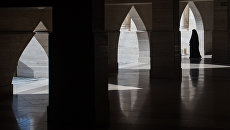 Женщина в окрестностях амфитеатра в городе Доха. Архивное фото
