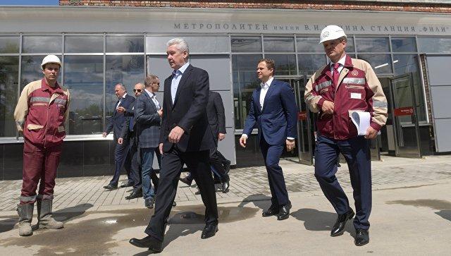Сергей Собянин во время осмотра хода работ по реконструкции станции метро Фили в Москве
