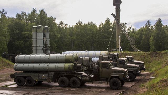 Зенитные ракетные комплексы С-300 Фаворит во время двусторонних учений войск ПВО и авиации Западного военного округа