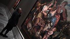 Посетительница перед картиной Веронезе Похищение Европы на выставке Венеция Ренессанса. Тициан, Тинторетто, Веронезе. Картины из собраний Италии и России