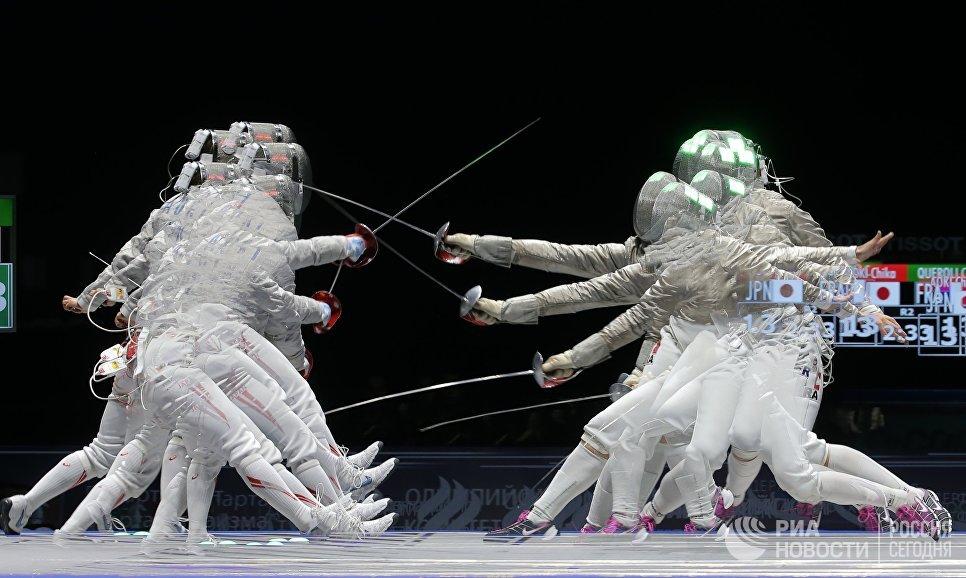 Японка Аоки Тика и Каролин Кьероли во время соревнований личного первенства среди женщин на международном турнире по фехтованию Московская сабля - 2017