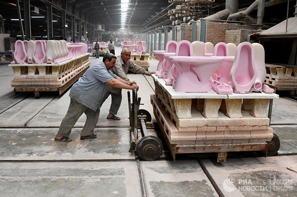Рабочие в одном из цехов завода по производству керамических изделий в сирийском городе Хама