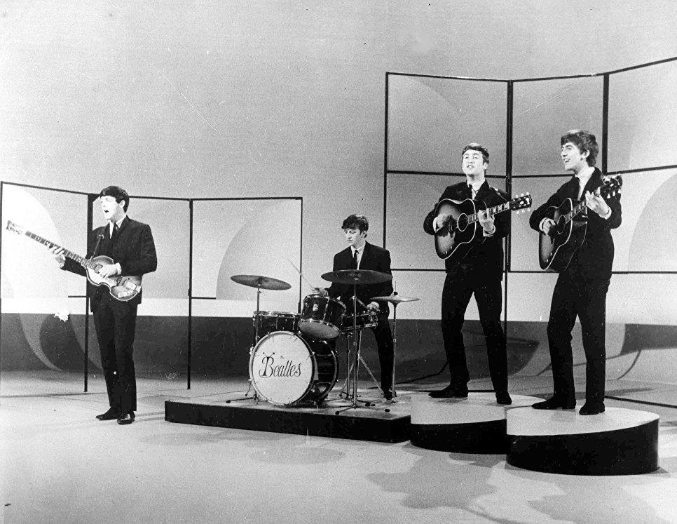 Британская группа The Beatles во время репетиции в студии в Лондоне. 1963 год