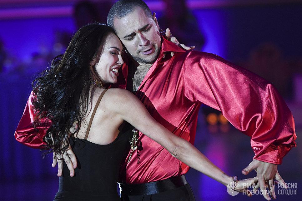 Владимир Карпов и Мария Тзапташвили (Россия) выступают на шоу Звездный Дуэт - Легенды Танца! в Кремлевском Дворце в Москве