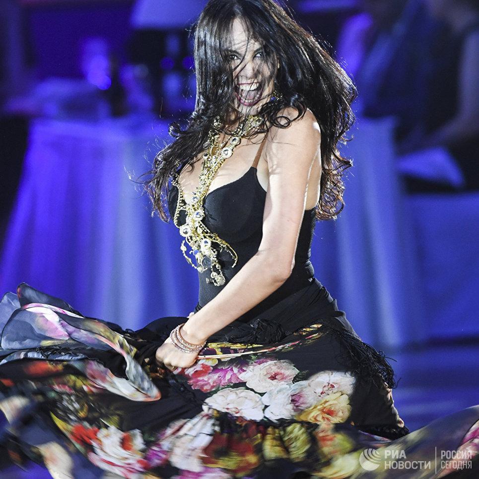 Мария Тзапташвили (Россия) выступает на шоу Звездный Дуэт - Легенды Танца! в Кремлевском Дворце в Москве