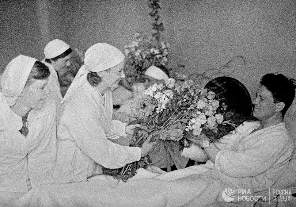 Цветы раненным бойцам в московском госпитале