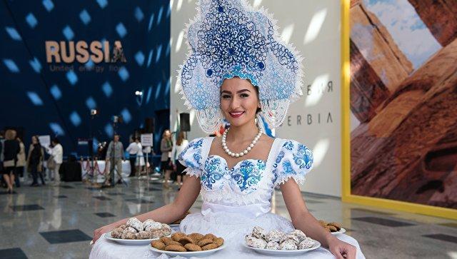 Девушка в национальном костюме на Международной специализированной выставке ЭКСПО-2017 в Астане