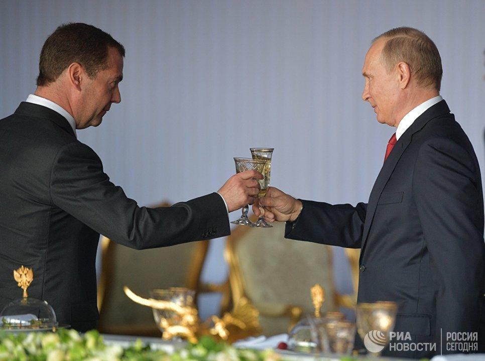 Президент РФ Владимир Путин и председатель правительства РФ Дмитрий Медведев на торжественном приеме в Кремле в честь Дня России. 12 июня 2017