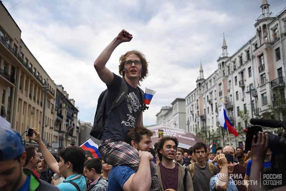Люди на Тверской улице во время празднования Дня России в Москве. 12 июня 2017