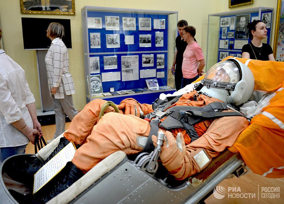 Катапультное кресло пилота космического корабля Восток с манекеном космонавта в музее истории космодрома Байконур