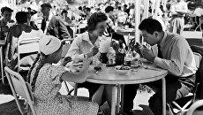 Летнее кафе в Центральном парке культуры и отдыха им. М.Горького. Москва, 1959