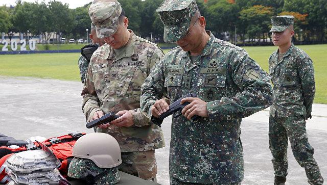 Американские и филиппинские солдаты осматривают пистолет Глок-21. Архивное фото