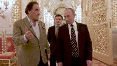 Президент РФ Владимир Путин и американский кинорежиссер Оливер Стоун во время интервью. Архивное фото
