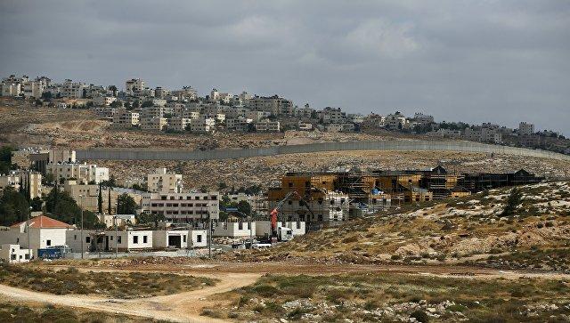 Израильский разделительный барьер между еврейским поселением Неве Яаковна и палестинской территорией.Архивное фото