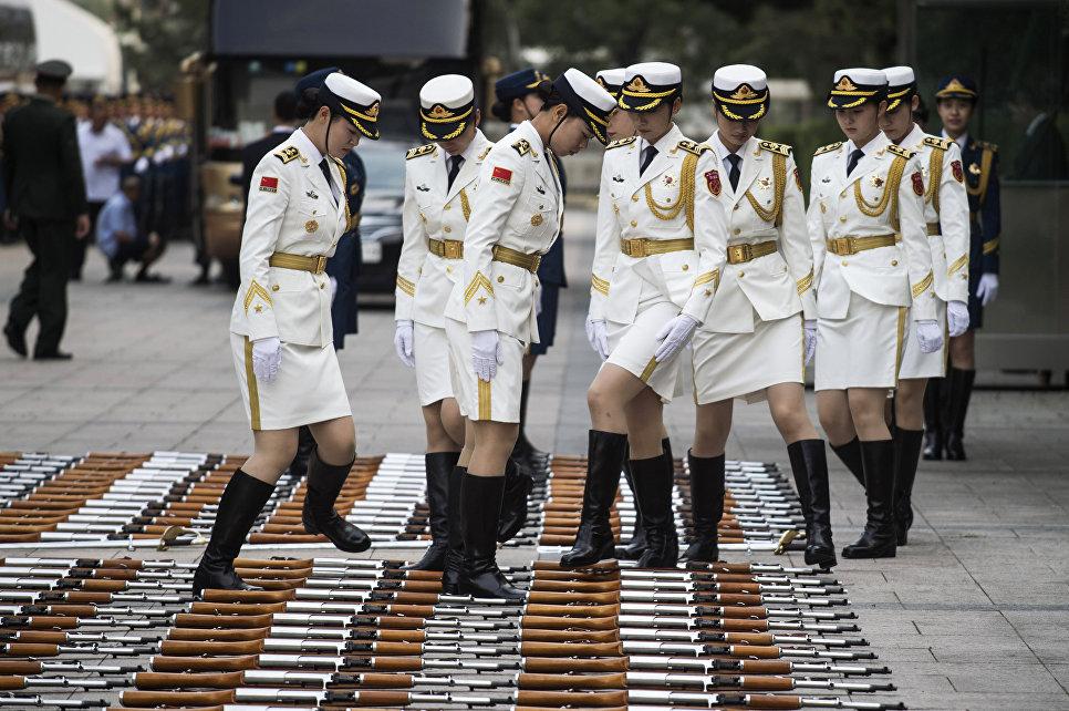 Китайская военизированная гвардия перед церемонией приветствия премьер-министра Люксембурга Ксавье Беттеля и премьер-министра Китая Ли Кэцян в Пекине. 12 июня 2017 года