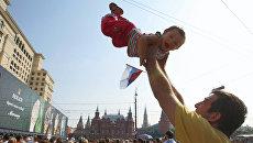 Отец с сыном на Манежной площади в День города в Москве