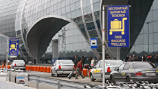 Стоянка такси у здания аэровокзала. Архивное фото