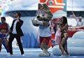 Певица Нюша, официальный талисман чемпионата мира по футболу 2018 волк Забивака и певец Сергей Лазарев на церемонии открытия Кубка конфедераций-2017. 17 июня 2017