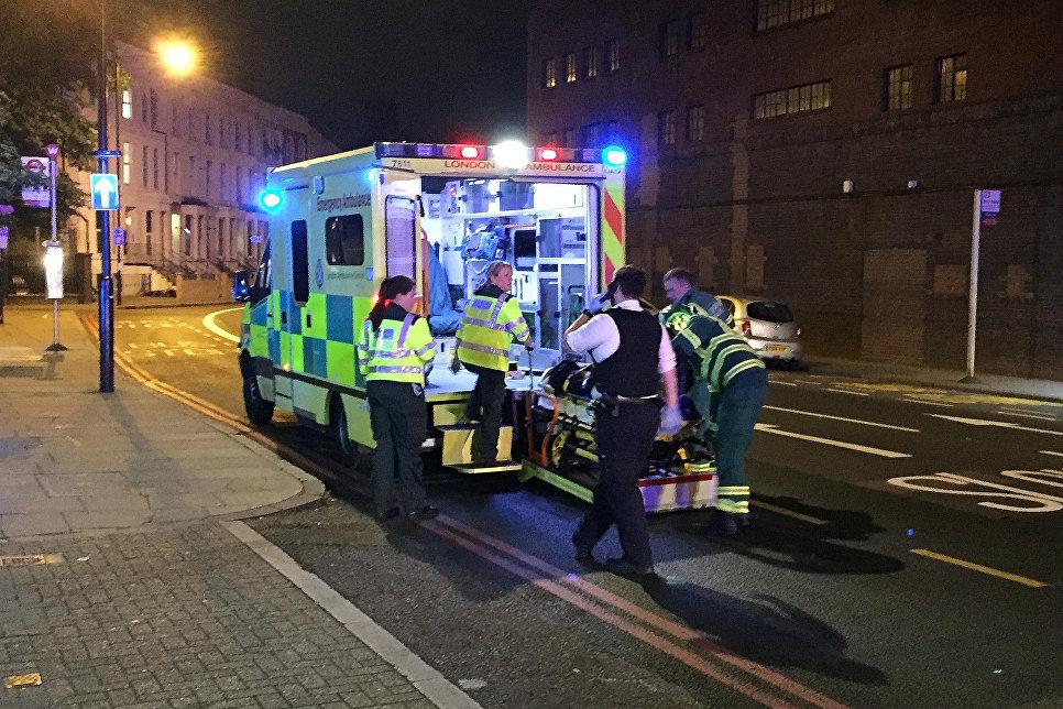 Скорая помощь на месте наезда фургона на толпу людей в Лондоне. 19.06.2017